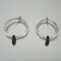 Halo earing with black stone