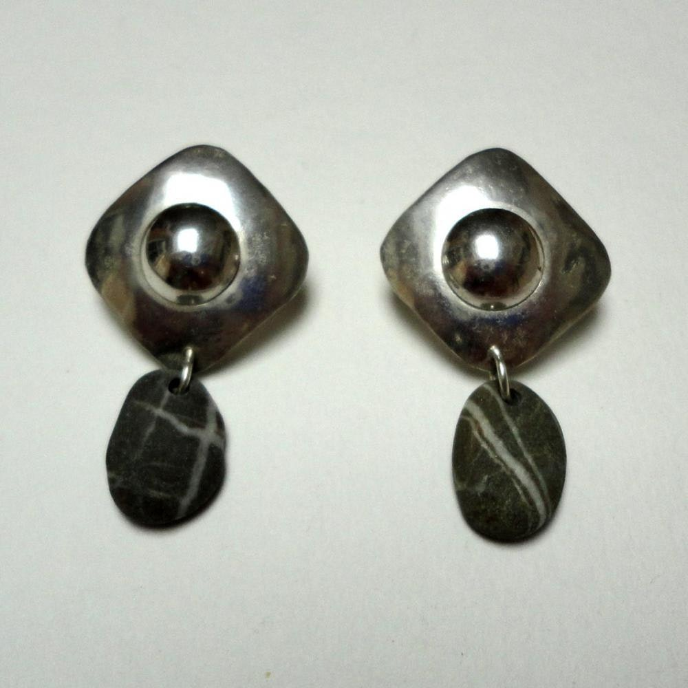 Shiels shaped earing with striped stone